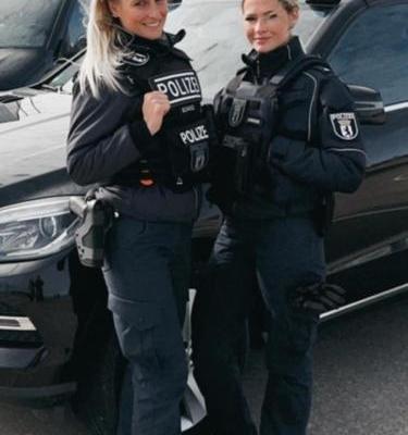 Polizistinnen mit Berliner Uniform